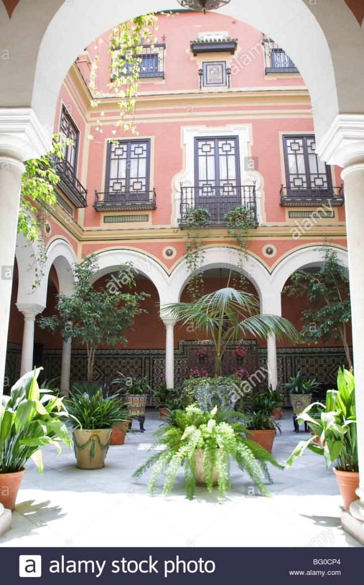 piante-in-vaso-nel-patio-andaluso-siviglia-spagna-bg0cp4.jpg